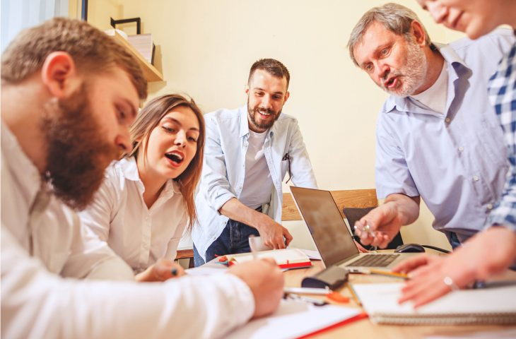 photo de collègues de travail discutant et travaillant sur un projet commun